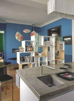 """Cuisine originale d'Inga Sempé, elle est isolée par une bibliothèque """"Stacked"""" de Julien de Smedt."""