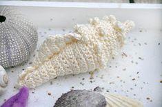 Mijn eigen plekkie: Crochet seashell - link to free pattern Freeform Crochet, Crochet Art, Crochet Home, Free Crochet, Crochet Sea Creatures, Crochet Animals, Crotchet Patterns, Crochet Ornaments, Tatting Patterns