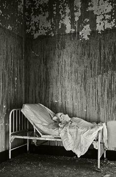 Abandoned Hospital - Buffalo Hospital It's crazy that even the blankets were left behind. Haunted Asylums, Abandoned Asylums, Abandoned Buildings, Abandoned Places, Scary Places, Haunted Places, Creepy Things, Psychiatric Hospital, Site Archéologique