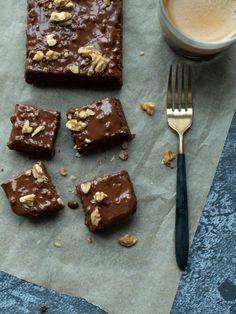 Mørk brownies med dadlar (vegansk og glutenfri) - Oppskrift   Kvardagsmat.no Vanilla Fudge, Tahini, Hummus, Gluten, Pudding, Snacks, Vegan, Desserts, Food