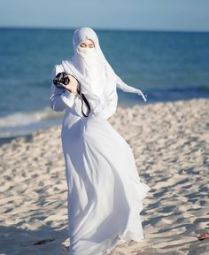 Niqab Fashion, Muslim Fashion, Hijabi Girl, Girl Hijab, Muslim Couples, Muslim Women, Islamic Girl Images, Hijab Style Tutorial, Girls With Cameras