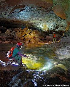 La deslumbrante cueva hallada en Venezuela el 13 de marzo de 2013.  – BBC Mundo | CajalesyGalileos La cueva se ubica en la cara este del Auyantepuy, mirando al valle de Kamarata y al valle de Kanavayén.