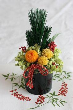Cute idea for a juice bar maybe Ikebana Flower Arrangement, Beautiful Flower Arrangements, Floral Arrangements, Beautiful Flowers, Flowers Nature, Chinese New Year Flower, Japanese New Year, Chinese New Year Decorations, New Years Decorations