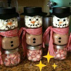 Befülle zwei bis drei kleine Schraubgläser mit Süßigkeiten oder Trinkschokolade und Marshmallows. Staple die Gläser übereinander und klebe sie mit doppelseitigem Klebeband zusammen. Das Gesicht mit Permanentstiften aufmalen. Für Mütze und Schal socken verwenden.