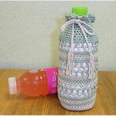 編み物無料レシピ(編み図) | ペットボトルホルダー | かぎ針編みのペットボトル Water Bottle Holders, Bottle Cover, Crochet Purses, Cleaning Supplies, Chai, Mugs, Decorated Bottles, Bottle Rack, Characters
