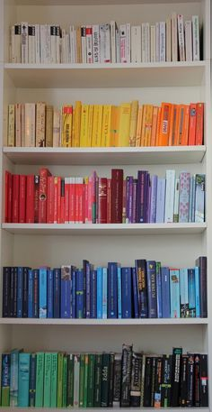 A rainbow of books Bookshelf Organization, Bookshelf Styling, I Love Books, Books To Read, My Books, Book Club Books, Book Nerd, Bookshelf Inspiration, Dream Library