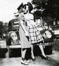 Vintage LGBT – Adorable Photographs of Lesbian Couples in the Past Vintage Versace, Vintage Dior, Vintage Vogue, Vintage Glamour, Vintage Cars, Vintage Romance, Vintage Ladies, Retro Vintage, Vintage Lesbian