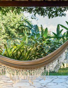 Cercada pela Mata Atlântica, esta casa de veraneio, no litoral norte paulista, convida a relaxar diante da exuberante natureza