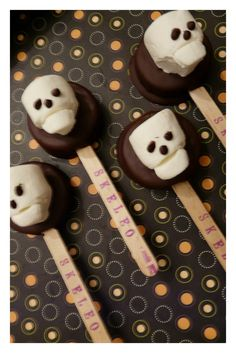 Easy marshmallow skull on chocolate dipped halloween marshmellows Halloween Desserts, Halloween Boo, Holidays Halloween, Halloween Treats, Happy Halloween, Holiday Treats, Holiday Fun, Holiday Recipes, Holiday Desserts