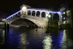 El muelle está inundado cerca del puente de Rialto en Venecia. AFP