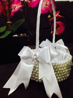 Cesta para florista simplesmente PERFEITA!!!!! totalmente moderna e muito chique!  Cesta em pérolas com laços de cetim branco e mini broche de strass no centro dos laços. R$ 89,90