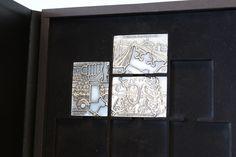 Tälläistä kokoelmaa ei ole ennen nähty! Hopeapatinoitujen harkkojen kokoelma esittelee itsenäistymisemme vuosikymmenet. Kokoelmaan kuuluu kaikkiaan 11 harkkoa, joiden reliefi muodostaa vierekkäin aseteltuina upean Suomen leijonan!