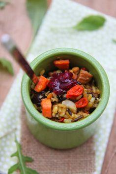 Wok de riz et lentilles épicés aux fruits secs & patate douce rôtie