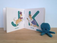 C is for Corgi est un petit livre crée à la demande damoureux de corgis et de déguisements bizarres, qui voulaient un Abécédaire de leur passion pour