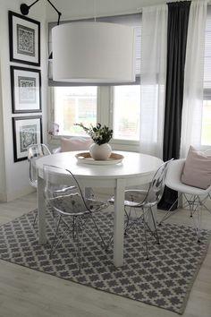 pyöreä ruokapöytä ei vie tilaa, jatkopalalla se suurenee isommalle porukalle. Läpinäkyvät tuolit antavat siron vaikutelman suht pienessä tilassa.