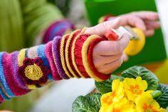 Handstulpen sind eine Kombination aus Handschuhen und Pulswärmern. Das bedeutet, Handstulpen halten einen Teil der Hand, das Handgelenk und einen Teil des Unterarmes warm, die Finger bleiben jedoch frei. Grundsätzlich können Handstulpen sowohl mit normalen Stricknadeln als auch mithilfe eines Nadelspiels oder einer kleinen Rundstricknadel gestrickt werden. Werden die Handstulpen mit normalen Stricknadeln gearbeitet, entsteht jedoch eine Fläche, die später dann zusammengenäht werden muss…