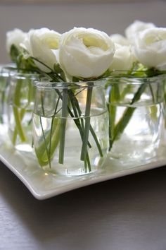 DIY - Linear and zen low centerpiece with white ranunculus in french yogurt jars. Where can I buy French yogurt? Garden Wedding Centerpieces, Low Centerpieces, Wedding Table, White Ranunculus, White Peonies, Do It Yourself Decoration, Deco Champetre, Deco Floral, Art Floral