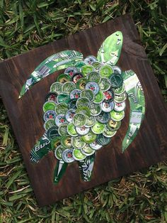 Sea Turtle Beer Cap Art 12 Signed Original by KaysCapArtBeer/Bottle Cap Sea Turtle on Painted Wood, Could make something like this with coffee pods.Meeresschildkröte Bier Cap Art, 12 x signiert Original - Holzbearbeitung This green sea turtle is mad Beer Cap Art, Beer Bottle Caps, Whiskey Bottle, Bottle Top Art, Diy Bottle, Reds Apple Ale, Red Apple, Recycled Crafts, Diy Crafts