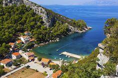 V zátoce Vela Stiniva si můžete splnit svůj sen o ubytování přímo na pláži.