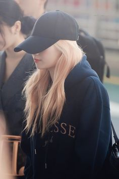 Twice-Sana 191022 Incheon Airport to Japan Stylish Girls Photos, Girl Photos, Boyish Style For Girls, Kpop Girl Groups, Korean Girl Groups, Nayeon, K Pop, Sana Cute, Singer Tv