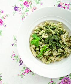 Fusilli integrali di grano khorasan al pesto di ortica. Ricetta di Michele Maino. Tratta dalla rivista Cucina Naturale.