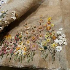 선선하니 #가을냄새.. #낙엽들도 물들일 준비를 하겠네 #프랑스자수 #그림 #바늘그림#꽃피우는화분 #데이지 #천그림 #art #엔틱 #stitch #needlework #flower #린넨사 #자연 #빛 #embroideryart