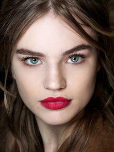 Felle lippen - Dit zijn dé make-uptrends van dit najaar #blush #eyeliner #model #beauty #makeup #ELLE
