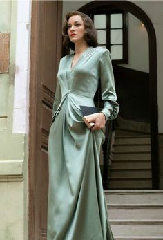 Marion Cotillard in Allied - Kleider - 1940s Fashion, Vintage Fashion, Club Fashion, Film Fashion, Street Fashion, Pretty Dresses, Beautiful Dresses, Gorgeous Dress, 40s Mode