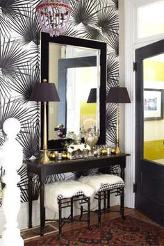 Entry wall design ideas entryway wall decor ideas with patterned walls wooden table wood framed mirror Decor, Foyer Decorating, Bold Wallpaper, Inspirational Wallpapers, Wall Decor, Entryway Wall Decor, Interior Design, Home Decor, House Interior