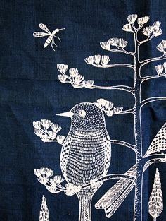 White bird embroidery on navy blue // Bordado pájaro blanco sobre lienzo azul