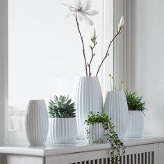 Flora vase i porcelæn fra Créton Maison. Sæt smukke blomster eller grene i vasen og stil den i din vindueskarm, på en hylde eller på spisebordet. Vasen kan også stilles på en bakke sammen med lysestager på sofabordet.