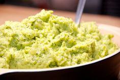 Lækker kartoffel og broccoli mos, der nem at lave. Kartofler koges møre med broccoli, og moses med smør og lidt mælk. Foto: Guffeliguf.dk.