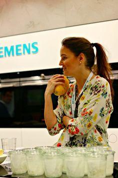 Bloggerin Jeanny von @zuckerzimtliebe auf der @LivingKitchen1 am #Siemens Stand. #iQ700 #Backofen #enjoysiemens