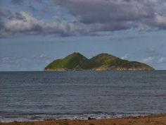 O Ilhéu das Cabras (visto da praia de Micoló) S. Tomé
