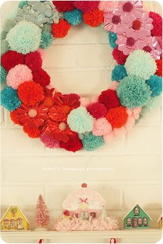 I'm totally obsessed with this fantastic pom pom wreath! all the pompoms are made . Christmas Colors, Christmas Holidays, Christmas Wreaths, Christmas Crafts, Christmas Decorations, Retro Christmas, Vintage Holiday, Tree Decorations, Xmas
