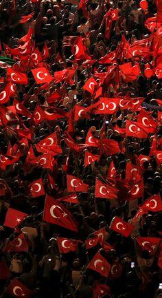 Lundi soir, les partisans du président turc Recep Tayyip Erdogan ont assisté en masse à un rassemblement en sa faveur à Istanbul, place Taksim.