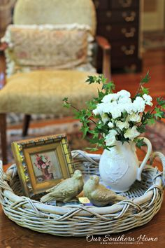 Country decor - Really stunning country home decor inspirations and examples. This info help 2733472734 categorized at country decor on moment 20190721 Coffee Table Vignettes, Decorating Coffee Tables, French Decor, French Country Decorating, Home Decor Accessories, Decorative Accessories, Unique Home Decor, Diy Home Decor, Painted Trays