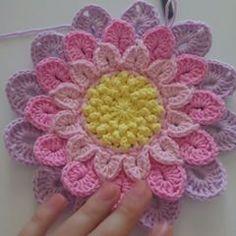 57.7 mil seguidores, 418 seguindo, 684 publicações - Veja as fotos e vídeos do Instagram de 🎀🎀💚Zeynebineglencelikleri 💚🎀🎀 (@zeynebinhobimerkezi) Crochet Flower Squares, Crochet Flower Tutorial, Crochet Granny, Crochet Flowers, Crochet Pillow, Crochet Videos, Crochet Dolls, Flower Crafts, Doilies