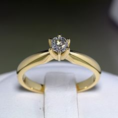 Lucrat cu migala si atentie, acest inel din aur 14k este dovada pasiunii pentru frumos si reflecta experienta maistrilor din atelierul nostru. Confortabil la purtare si avand un design modern, acest inel ornat cu diamant are o stralucire deosebita, gratie si finisajelor lucioase aplicate.