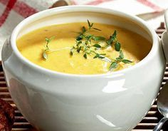 Jouluinen juureskeitto Kermit, Cheeseburger Chowder, Risotto, Curry, Food And Drink, Vegetarian, Ethnic Recipes, Soups, Christmas