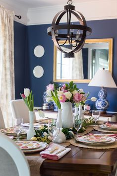 Spring Table Setting   Click through for more Easter decorations and to see this beautiful Easter tablescape!