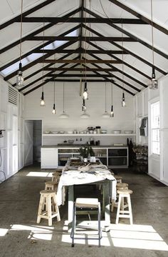 n industrial loft design was meant for an artist and it combines the best of both worlds. A living area and a workshop. This industrial interior loft is a wonde Exposed Trusses, Steel Trusses, Roof Trusses, Roof Truss Design, Wood Truss, Wood Beams, Turbulence Deco, White Barn, White Wood