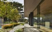 Set amidst Cypress trees on the edge of Australia's Mornington Peninsula golf course – on Victoria's southern tip – the Links Courtyard House is the latest single-storey holiday home by Inarc Architects. Set within an aspect that combines the links...