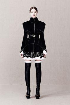 Alexander McQueen - Roupa (Carol) - Perneira com Corino preto ou metalizado.