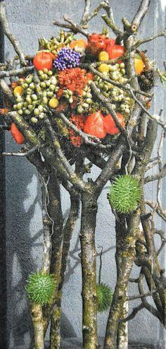 WEGENS GROTE BELANGSTELLING VERLENGD!   Vanaf2017 starten wij weer met cursussen bloemschikken, welke op het seizoen zijn afgestemd.                             INVIDUEEL MAAR Fall Flowers, Flower Arrangements, Floral Design, Centerpieces, Floral Wreath, Sculptures, Wreaths, Driftwood, Balls
