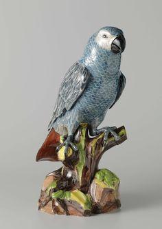 Meissener Porzellan Manufaktur | Grijze roodstaart papegaai, Meissener Porzellan Manufaktur, Johann Joachim Kändler, c. 1730 - c. 1733 | Figuur van beschilderd porselein. De figuur stelt een papegaai voor die op een boomstronk met bladeren zit. De papegaai heeft schubachtige veren in blauw met witte randen, de vleugels en de staart in grijs en blauw met witte randen. De onderkant van de staart is bruinrood. De figuur is gemerkt.
