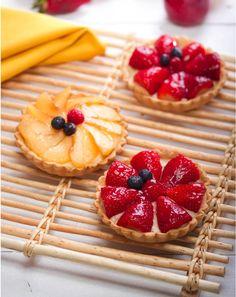 Exquisita receta con bebida de soja Vivesoy: Tartaletas de frutas con Vivesoy Fruit Tartlets, Fresh Fruit Tart, Mini Pastries, Mini Tart, Cafe Food, Pastry Cake, Homemade Ice Cream, Tapas, Cupcake Cakes