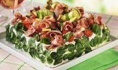 Vill du äta extra gott till helgen? Satsa på lyxig smörgåstårta! Vad sägs om två sorters skinka, frisk färskostfyllning och jordgubbar och melon som garnering! Sandwich Cake, Sandwiches, Pasta Salad, Italian Recipes, Potato Salad, Pesto, Tapas, Mozzarella, Food And Drink