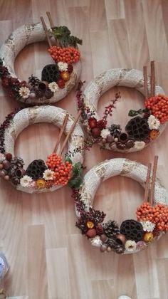 Koszorú száraz és nyers alapanyagból Xmas Crafts, Ikebana, Burlap Wreath, Christmas Wreaths, Holiday Decor, Home Decor, Wreaths, Crowns, Decoration Home
