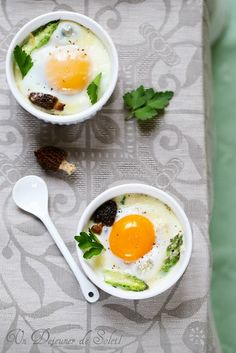 Baked eggs with asparagus, mushrooms, and parmesan (Recipe in French and Italian) Parmesan Recipes, Egg Recipes, Gourmet Recipes, Great Recipes, Cooking Recipes, Healthy Recipes, Cocotte Recipe, Parmesan Asparagus, Happy Foods